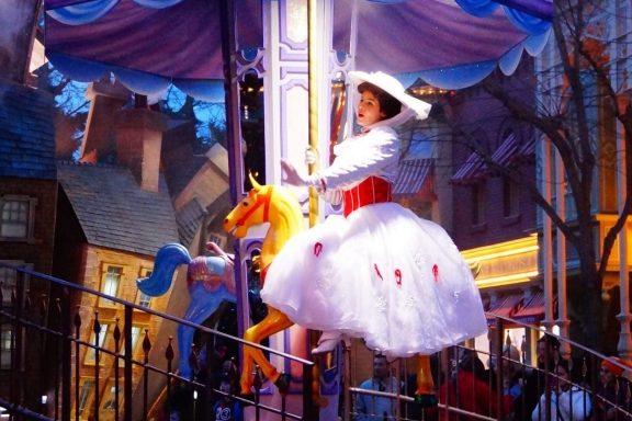 Mary Poppins al empezar la carrera de caballos. HumMelissa-Glee